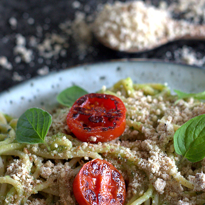 Spaghetti-med-squashsauce-og-mandel-parmesan-01-800x400-web-2
